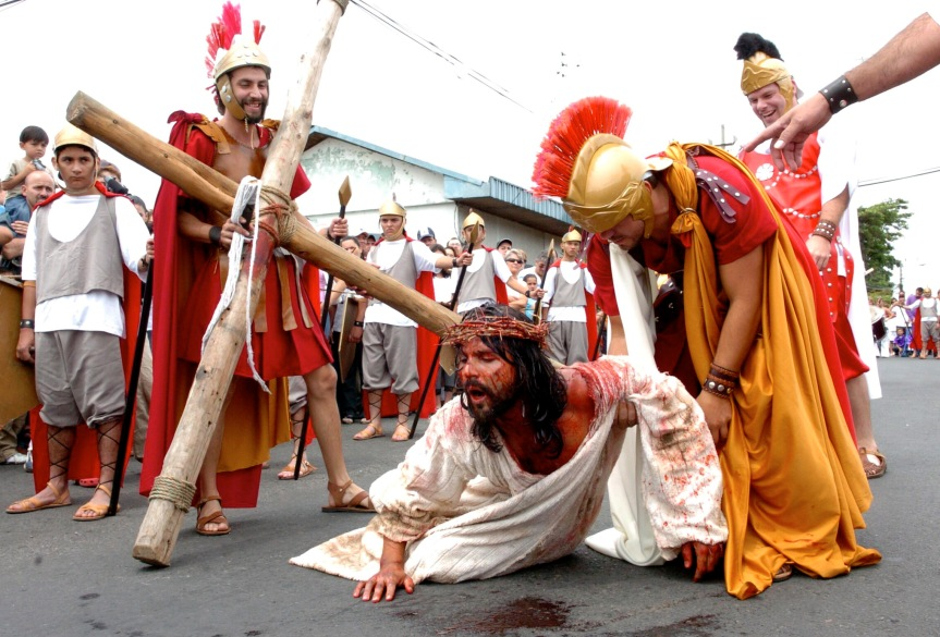 Dramatic processions of the journey of Jesus in Heredia.
