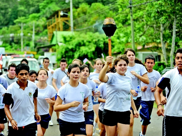 Students running with the Torch Photo La Nacion